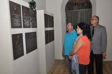 Familiares observan tarja de Vitín Meléndez