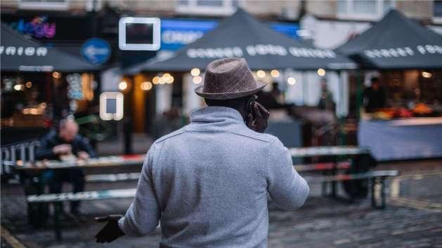 Un hombre mantiene una conversación telefónica.