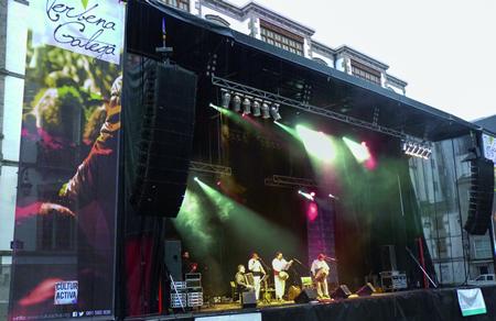 Un momento do espectáculo Verbena Galega, coa actuación do grupo Pandeiromus, na Praza de Santa María en Lugo, o Día das Letras Galegas 2013. (Foto cedida Verbena Galega)