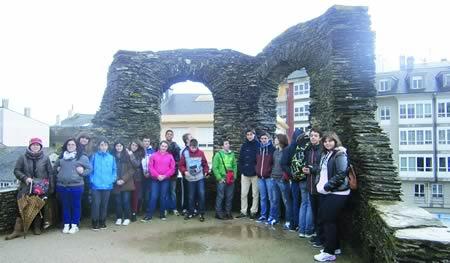 Os visitantes diante da Muralla de Lugo, un punto inesquecible dentro dos Roteiros Literarios do Museo Provincial de Lugo. (Foto cedida).
