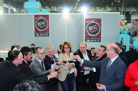 A delegada territorial da Xunta en Lugo, Raquel Arias, e o alcalde de Sober, Luis Fernández Guitián, brindan na clausura da feira gastronómica internacional Xantar 2014. GPXG.