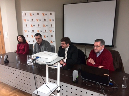 O deputado provincial Álvaro Santos, na presentación do documental, acompañado polo Vicerreitor Adxunto de Investigación, Pablo Ramil; o Director da ECC, Antonio Rigueiro; e a Alcaldesa de Folgoso do Courel, Dolores Castro. GPDL.