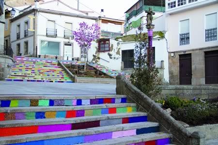 O acto central desta celebración en Monforte estivo protagonizado polo Ganchillo Urbano, que cubriu a escalinata da Praza de España e o seu cruceiro con fíos de cores para simbolizar os obstáculos que a diario atopan as mulleres na loita polos seus dereitos.  EC
