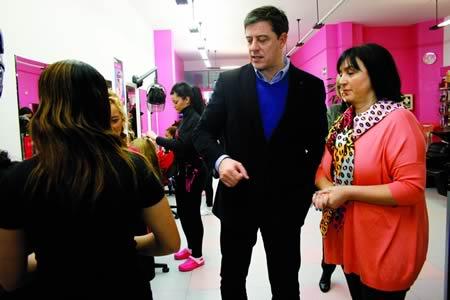 O presidente da Deputación de Lugo, José Ramón Gómez Besteiro, coñeceu de primeira man o día a día dos autónomos, escoitando a experiencia das emprendedoras dunha peluquería lucense. GPDL.