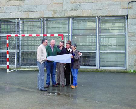O director do IES Daviña Rei, Isaac González, acompañado pola vicepresidenta da ANPA, Mª Cruz Picallo, e o equipo directivo do centro, supervisan o proxecto de acondicionamento da pista polideportiva. (Foto cedida).