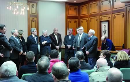 A continuación, o alcalde de Monforte, Severino Rodríguez, ofreceu unha recepción oficial ós barcelonistas no Salón de Plenos da Casa Consistorial. EC.