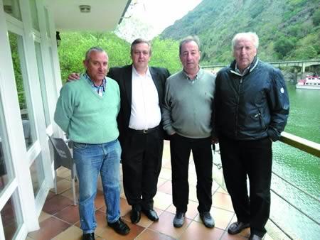 O sábado, os ex xogadores do Barcelona visitaron diversos puntos de interés turístico en Sober, acompañados polo presidente da peña Val de Lemos, José Luis Campos. (Foto cedida).