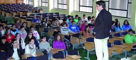Un momento da charla do profesor da USC Miguel González Pereira no IES Daviña Rey. (Foto cedida).