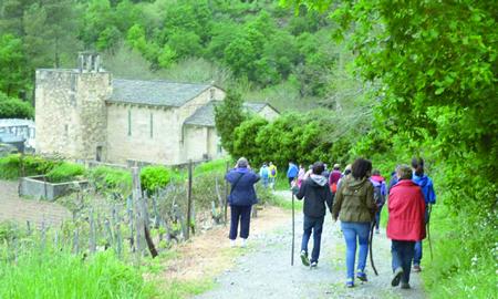 Os excursionistas achéganse á igrexa de Atán. (Foto cedida).