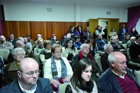 Numeroso público asistiu á presentación do libro de Xosé Lois García no Salón de Plenos do Concello de Pantón. EC