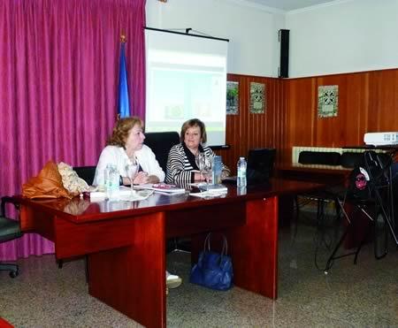 """A profesora e investigadora Flora Enríquez acompañou a Aida Menéndez na presentación da obra """"Guía del Camino de Invierno a Santiago"""", o pasado 16 de maio, no Salón de Actos do Concello de Pantón. (Foto cedida)."""