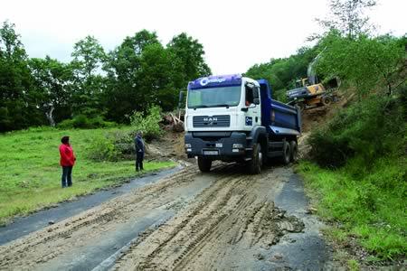 A deputada de Medio Ambiente, Sonsoles López Izquierdo, supervisou o inicio das obras de arranxo do derrubamento por choivas na estrada paradelesa de San Facundo. GPDL.