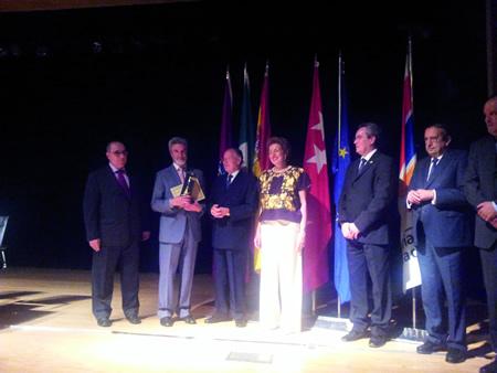 O alcalde de Monforte, Severino Rodríguez, (na foto, segundo pola esquerda), recolleu o premio Escoba de Oro 2014 concedido ó Concello de Monforte de Lemos o pasado 12 de xuño en Madrid. (Foto cedida).