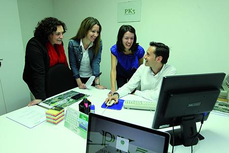 A vicepresidenta segunda da Deputación e a deputada de Medio Ambiente e Enerxías Renovables visitaron a empresa PK3, unha das iniciativas emprendedoras xurdidas trala primeira edición do Campus de Emprendemento Sostible.  GPDL.