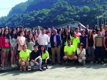 """O director xeral de Xuventude e Voluntariado, Ovidio Rodeiro, durante a súa visita ó campamento de verán """"Adventure Camp"""", en Carballedo, o pasado 15 de xullo. (Foto cedida)."""