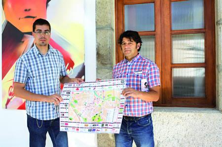 O delegado de Cultura e Turismo da Deputación de Lugo, Mario Outeiro, xunto co presidente da Asociación de Comerciantes, Empresarios, Profesionais e Autónomos de Sarria, Ricardo Arias, presentaron o novo rueiro de Sarria o pasado 5 de agosto. GPVDL.