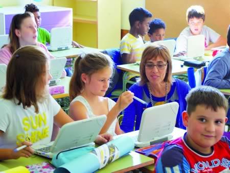 A delegada territorial da Xunta en Lugo, Raquel Arias, coñeceu o traballo do alumnado lucense con libros dixitais nos primeiros días deste curso 2014-2015. DTXL.