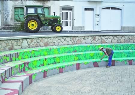 Resultado do mural realizado pola artista soberina Doa Ocampo no anfiteatro da Praza do Toural, rematado este mes. (Foto cedida).