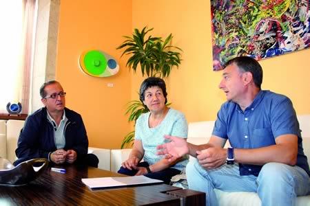 Un momento da firma do convenio entre a Deputación de Lugo e AFAMON. O vicepresidente do organismo provincial e responsable da Área de Benestar Social, Antonio Veiga, departe cos portavoces deste colectivo monfortino. GPVDL.