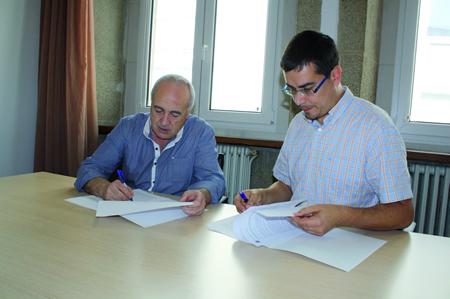 O delegado de Cultura e Turismo da Deputación de Lugo, Mario Outeiro, e o responsable da Asociación Cultural O Quinto Chote, Xosé Manuel Ledo, na firma do convenio o pasado 3 de outubro. GPVDL.