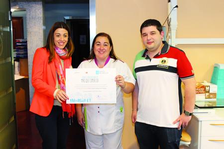 """Entrega do premio da campaña """"Máis que comercio!"""", organizada pola Xunta de Galicia, á clínica dental Doctor Otero, coa presenza da directora xeral de Comercio, Sol Vázquez Abeal, e o presidente do CCA Chantada, Eduardo Rogina. CEI"""