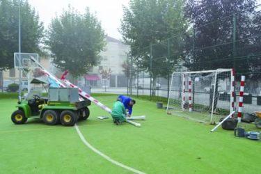 Un momento dos traballos de colocación das novas porterías de fútbol en Monforte. (Foto cedida).