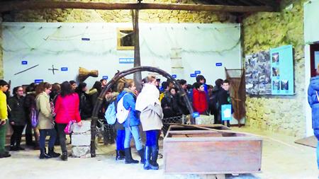 Un momento da visita do grupo escolar chantadino ao Ecomuseo de Arxeriz. (Foto cedida).