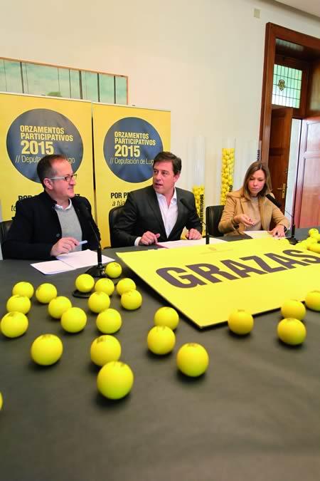 O presidente da Deputación de Lugo, José Ramón Gómez Besteiro; o vicepresidente primeiro, Antonio Veiga; e a deputada de Economía, Recadación e Facenda, Pilar García Porto, durante a presentación dos Orzamentos Participativos 2015 en Lugo.  GPDL.