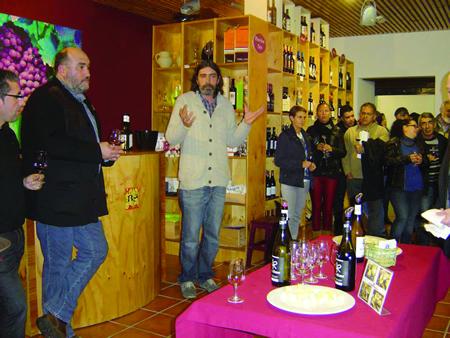 Numeroso público na presentación no Centro do Viño da Ribeira Sacra da nova marca Lar de Ricobao, da subzona Quiroga-Bibei. (Foto cedida).