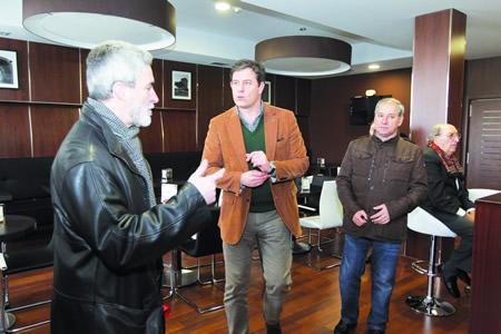 O alcalde de Monforte, Severino Rodríguez, explica ao presidente da Deputación, José Ramón Gómez Besteiro, as características  do Centro Cívico Social na inauguración, en presencia do voceiro socialista, José Tomé. GPDL.