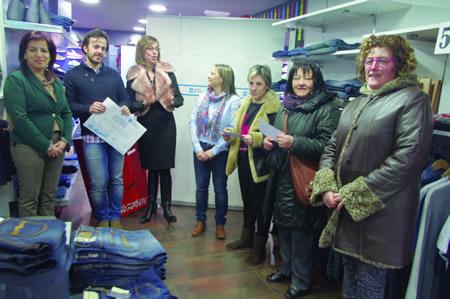 """Un momento da entrega do premio ao establecemento máis votado da iniciativa """"Máis que comercio!"""" en Monforte, que correspondeu a Doble M. (Foto cedida)."""