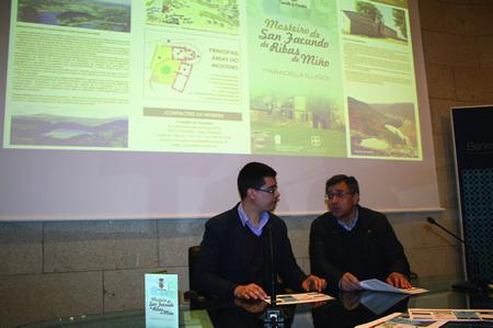 O delegado de Cultura e Turismo da Deputación de Lugo, Mario Outeiro, e o alcalde de Paradela, José Manuel Mato, durante a presentación en Lugo do novo cuatríptico informativo sobre o mosteiro de San Facundo de Ribas de Miño. GPVDL.