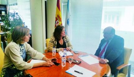 Un momento da reunión do alcalde de Carballedo, Julio Yebra; a conselleira de Traballo e Benestar, Beatriz Mato; e a delegada territorial da Xunta en Lugo, Raquel Arias, a finais do mes pasado. GPDTL.