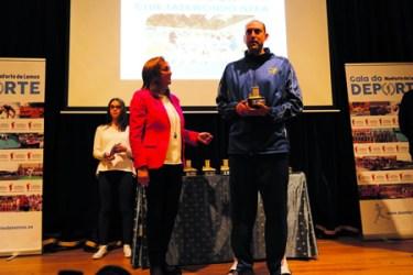 José María Vega recibe o premio ao mellor clube, concedido ao Club Taekwondo Neka, de mans de Julia Rodríguez. EC