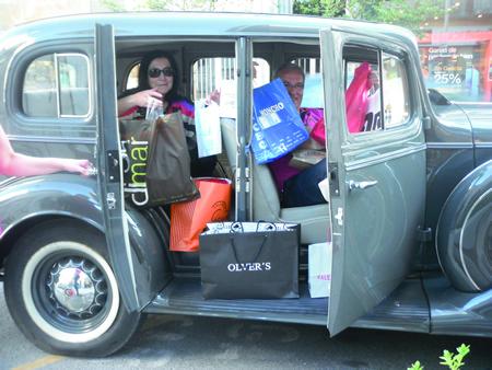Josefa Alonso González, logo de rematar a súa xornada de compras como gañadora da campaña 60 x 1.000 de ACES-Sarria, a bordo do vehículo facilitado pola organización para percorrer os distintos establecementos comerciais. (Foto cedida).
