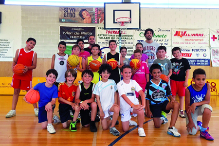 """Algúns dos participantes na actividade """"Un verán de basket"""", que organiza o C.B.Sarria dende xuño ata finais de agosto.  (F.cedida)."""