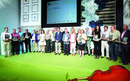 Foto de familia dos premiados na XXVII Cata dos Viños de Galicia 2015, acompañados polo presidente da Xunta, Alberto Núñez Feijóo. (Foto: Conchi Paz).