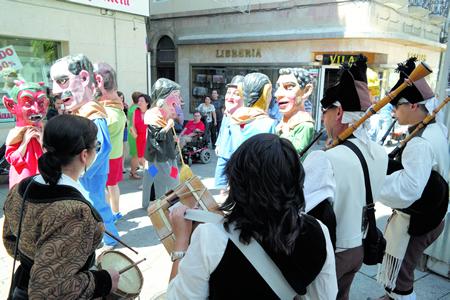 Os cabezudos animan o inicio das xornadas festivas durante as Patronais de Monforte. Arquivo EC..