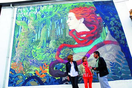 A directora de Turismo de Galicia, Nava Castro; a delegada da Xunta en Lugo, Raquel Arias; e o presidente do Consorcio de Turismo Ribeira Sacra, Luis Fernández Guitián, xunto ao mural da Praza do Toural en Sober. GPXG.