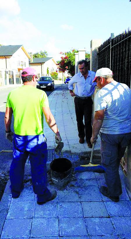 O alcalde supervisa os traballos do plan de posta en valor da Pobra de San Xiao. (Foto cedida).