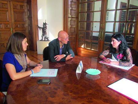 A presidenta da Deputación de Lugo, Elena Candia, na sinatura do convenio co presidente de ALUME, Manuel Fernández Prado, e a vicepresidenta segunda e responsable da área de Benestar, Mari Teijeiro. GPDL.