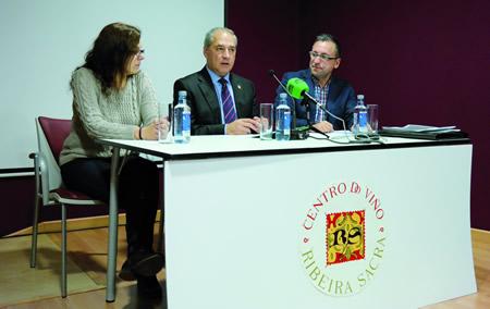 O alcalde de Monforte, José Tomé, e os responsables do Centro do Viño, José Manuel Martínez Mareque e Noelia Iglesias Losada, na rolda de prensa na que fixeron balance do verán. EC