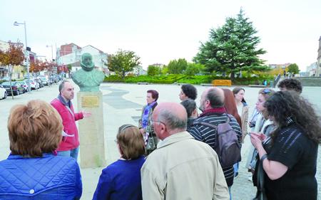 Un momento da ruta cultural por Monforte en lembranza de Cervantes e do seu mecenas, o VII Conde de Lemos. (Foto cedida).