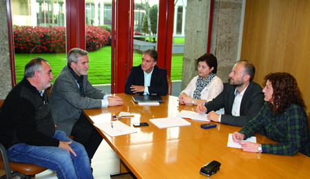 Un momento da xuntanza mantida o día 11 en Santiago entre Severino Rodríguez, portavoz da ANPA do colexio Infanta Elena de Monforte, a presidenta desta asociación, e os responsables de todos os grupos parlamentarios.  (Foto cedida).