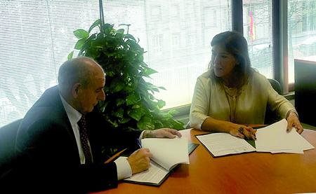 José Luis Álvarez, alcalde de Pantón, e Beatriz Mato, conselleira de Medio Ambiente e Ordenación do Territorio, durante a sinatura do convenio en Santiago o 21 de novembro.  CMAOT