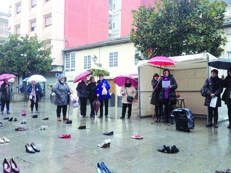 En Monforte, leuse un manifesto e cubriuse a rúa Cardeal con pares de zapatos en memoria das vítimas. (Foto cedida).
