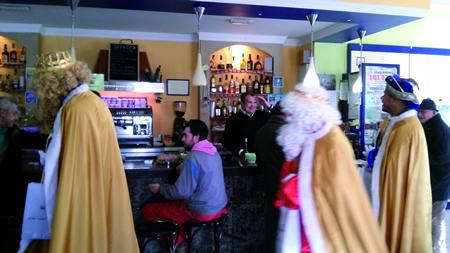 En Sober espérase a visita dos Reis Magos para o 5 de xaneiro, que o ano pasado sorprenderon aos veciños en diversos puntos da capitalidade municipal.  Arquivo EC