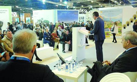 O presidente do Consorcio de Turismo Ribeira Sacra, Luis Fernández Guitián, durante a súa intervención en Fitur, acompañado polo alcalde de Monforte, José Tomé, entre outras autoridades. (Foto: CTRS).