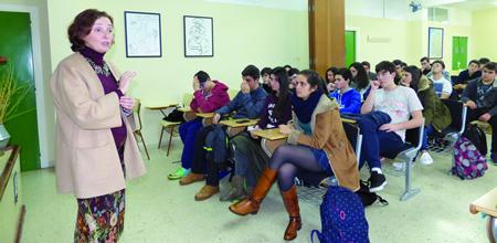 A profesora Ana Otero, doutora en Microbioloxía na Universidade de Santiago, durante a conferencia que impartiu ao alumnado do IES A Pinguela o pasado 22 de xaneiro. (Foto cedida)