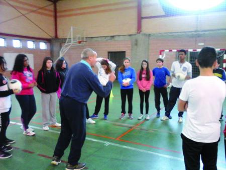 (Foto: Manuel Miranda dá instruccións ao alumnado do IES Xograr que participou na actividade).